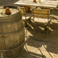 Al S Chairs And Tables Sleeper Chair A Half Aussenbestuhlung Eines Weinlokals Mit Tischen Stuhlen Und Fassern Als Stehtische Im Sonnenschein Outside Seating Of Wine Bar With