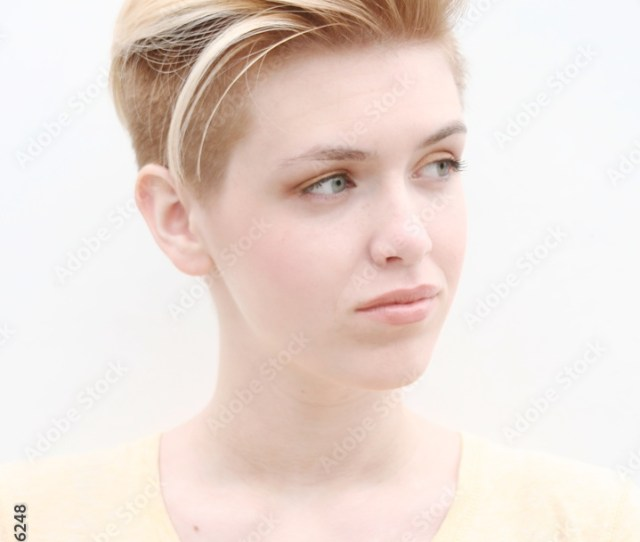 Fotografiet Poster Blond Model Girl Teenager With Lady Mohawk Pa Europosters Se