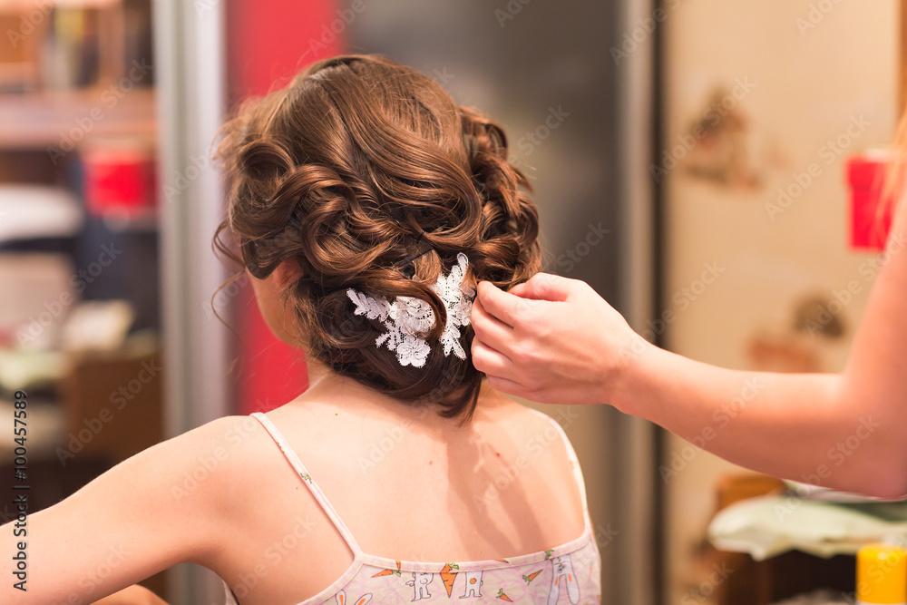 Friseur Macht Die Braut Vor Einer Hochzeit Foto Poster