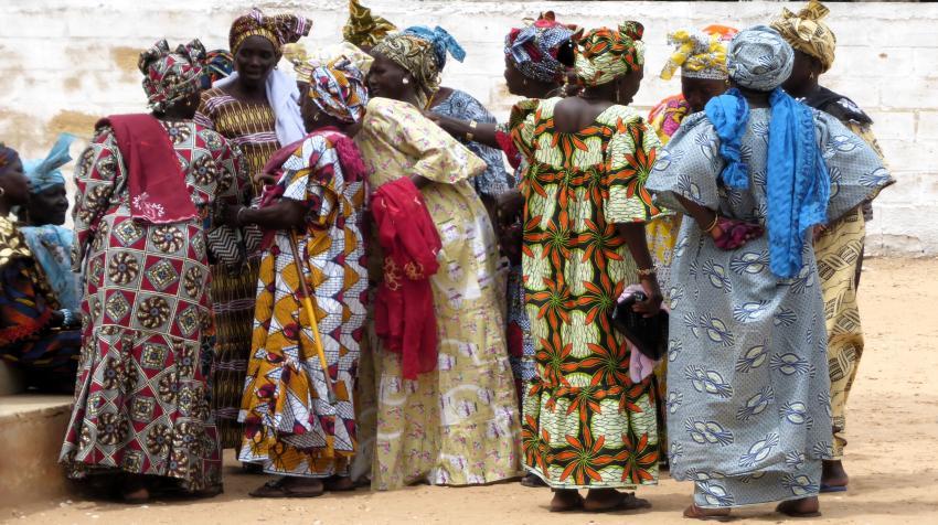 Grupo de mujeres a la salida de misa con trajes africanos