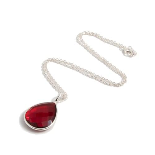 Halsband Maja Silver Ruby i silver och en röd sten i tillverkad kvarts likt granat