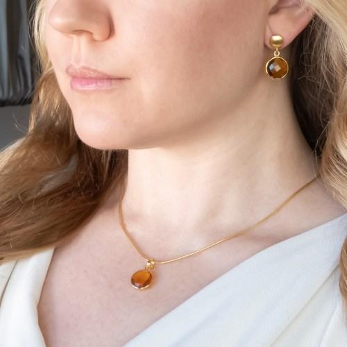 Halsband och örhängen med sten av syntetisk kvarts infattat i guldpläterat silver