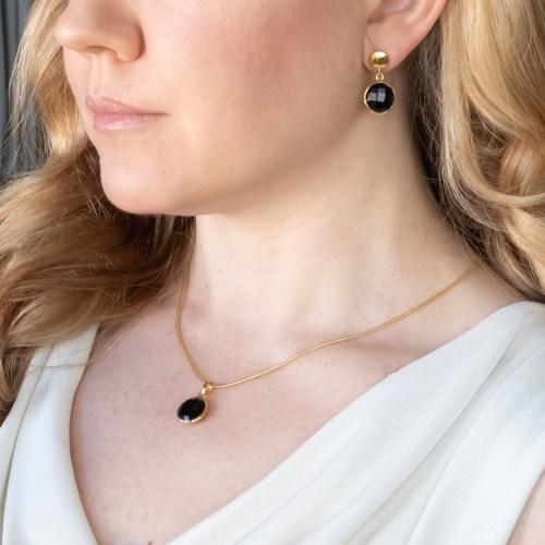 Halsband och örhängen med sten av äkta svart onyx infattat i 18 k guldpläterat silver