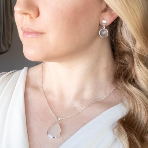 Halsband och örhängen med sten av äkta vit kalcedon infattat i sterlingsilver