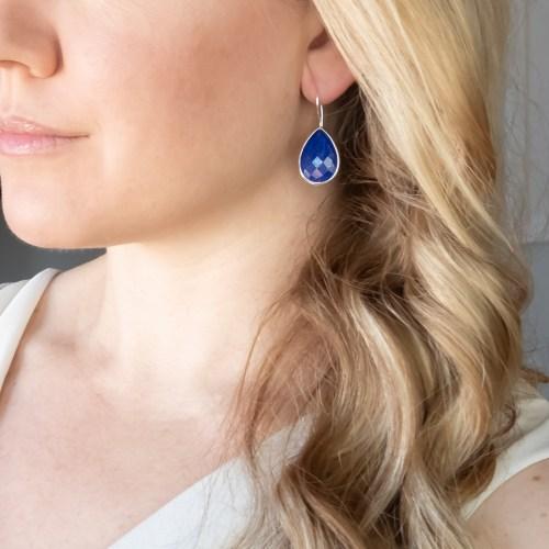 Halsband med sten av äkta lapis lazuli infattat i sterlingsilver