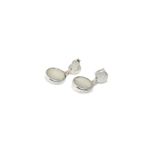 Örhängen med sten av äkta vit kalcedon infattat i silver