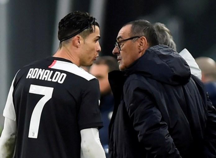FILE PHOTO: Soccer Football - Serie A - Juventus v Udinese - Allianz Stadium, Turin, Italy - December 15, 2019 Juventus' Cristiano Ronaldo talks to coach Maurizio Sarri REUTERS / Massimo Pinca / File Photo