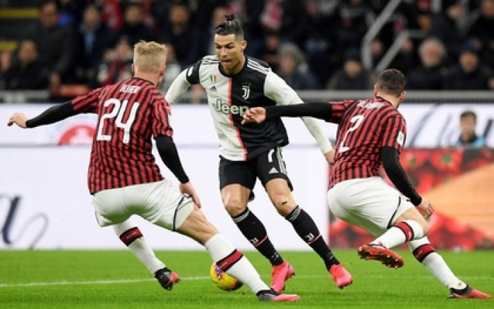 Juventus' Cristiano Ronaldo tries to sidestep Davide Calabria and Simon Kjae of AC Milan in the first leg of the Italian Cup semifinals (REUTERS / Alberto Lingria / File Photo)