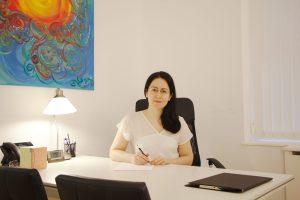 Despacho de ASB Psicología en Juan Bravo 32, foto con psicóloga.