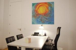 Despacho de ASB Psicología en Juan Bravo 32, foto de la mesa principal.