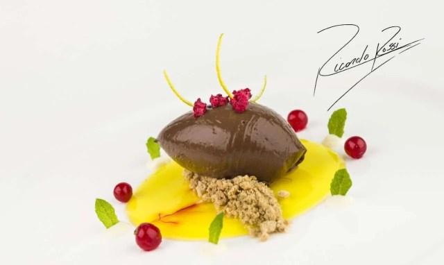 Ganache de chocolate sobre velo de azafrán con piña (Ricardo Rossi)