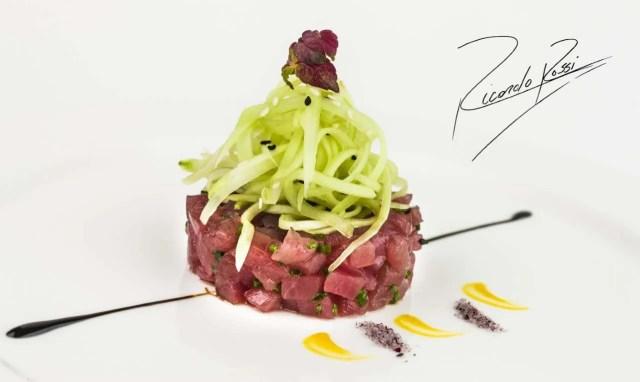 Tartar de atún con vinagreta de chalotas y ensalada de pepino (Ricardo Rossi)