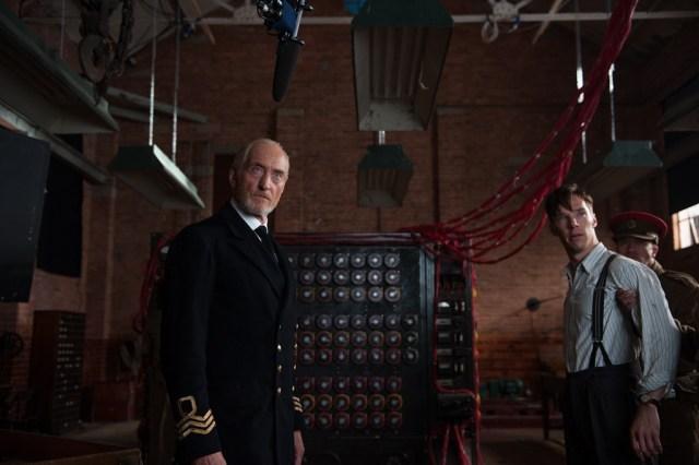 Charles Dance interpreta al comandante Denniston