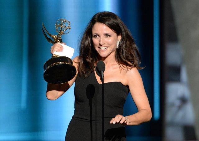 Julia Louis-Dreyfus acepta el premio a Mejor Actriz de Comedia.
