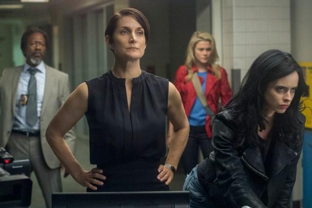 Jeryn (Carrie-Anne Moss) una aliada con reservas.