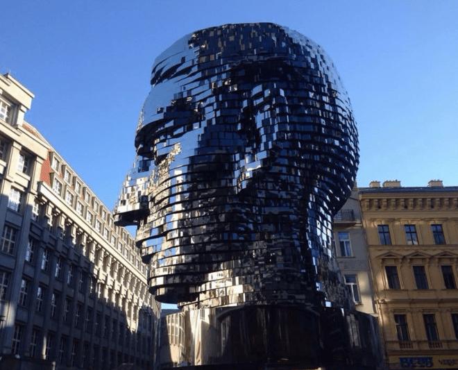 Estátua de Kafka Praga David Cerny