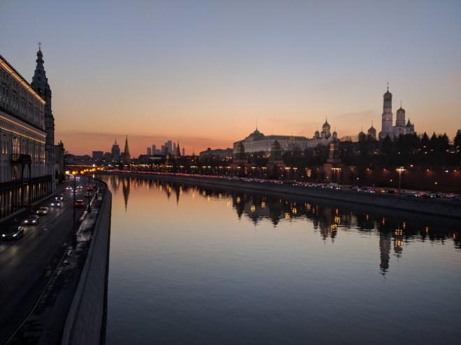 Kremlin à noite com rio Moskva Moscou Russia
