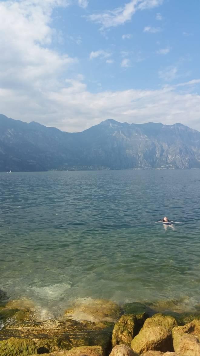 Lago de Garda Malcesine nadando no lago