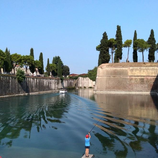 Lago de Garda Peschiera pescando na fortaleza