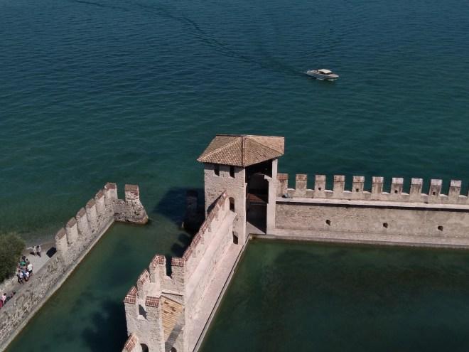 Lago de Garda Sirmione castelo scaligero torres no lago