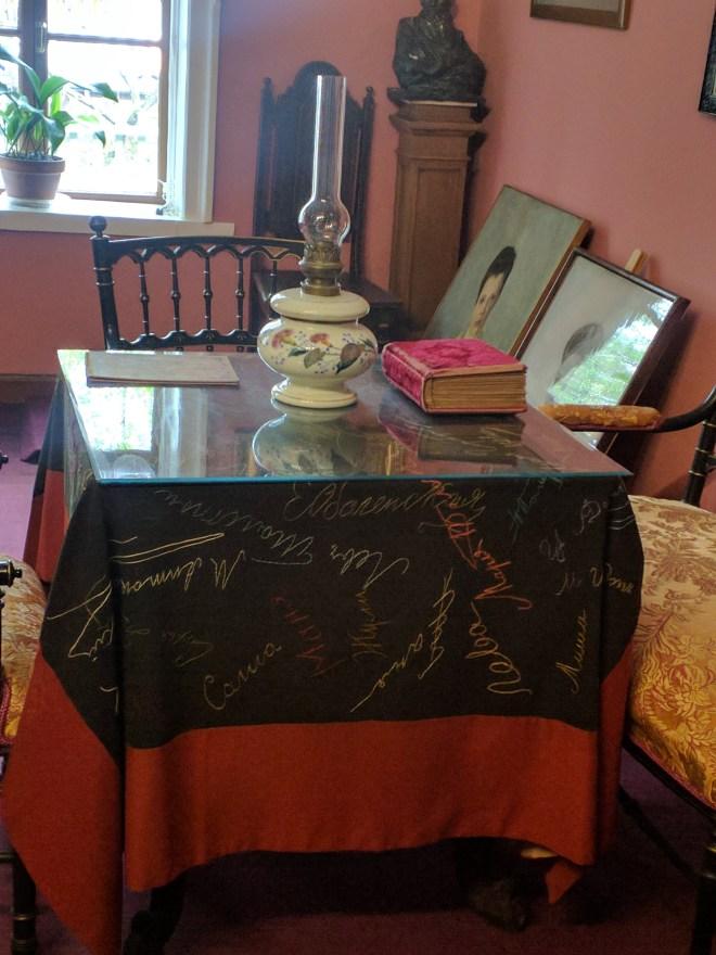 Moscou casa Tolstoi mesa com assinaturas da familia toda
