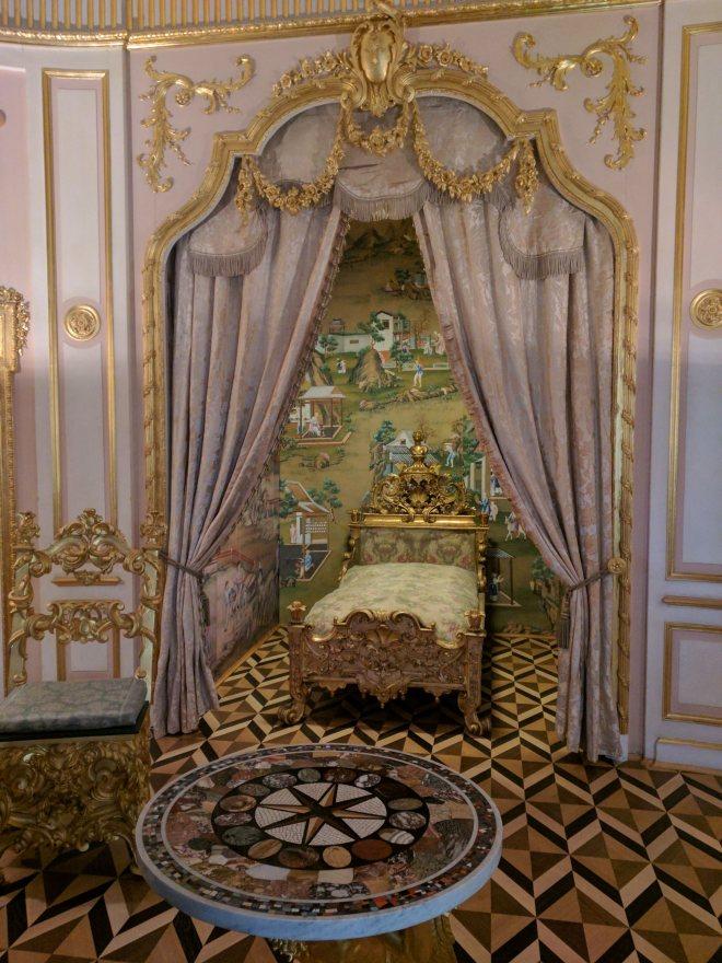 Petergof Russia Petersburgo cama com papel de parede chines e chão de madeira