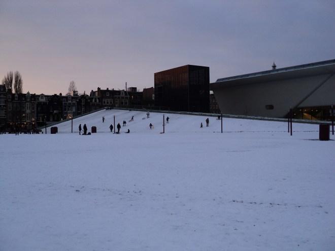 Amsterdam praça dos museus Stedelijk arte moderna neve