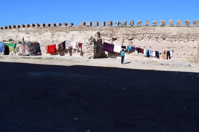 Marrocos Essaouira muros com roupas