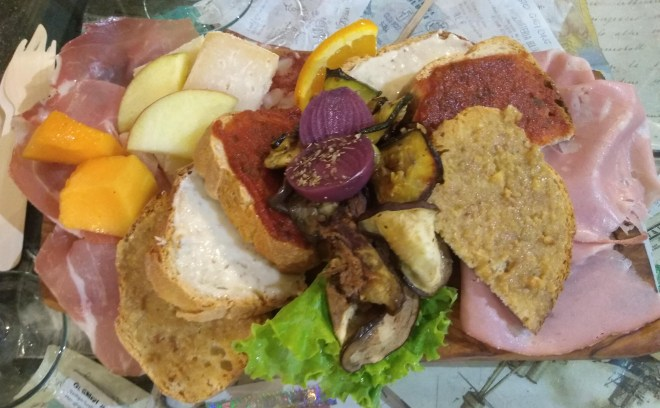 prosciutteria-bologna-tabua-frios-presuntos-prosciutto-salame.jpg