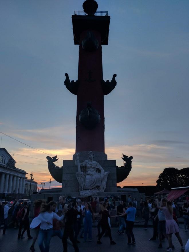 Petersburgo ilha vassilievski strelka colunas rostrais dança