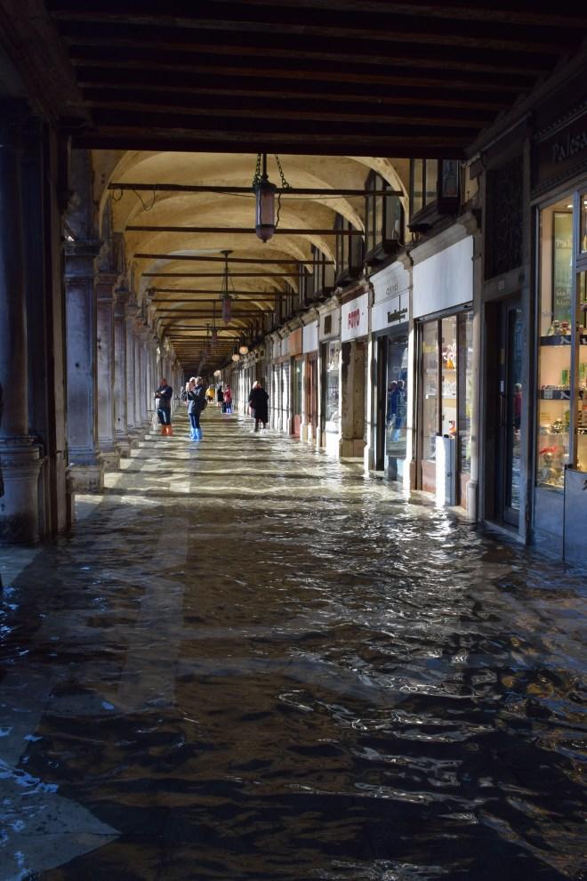 Acqua alta debaixo água veneza submersa porticos piazza san marco