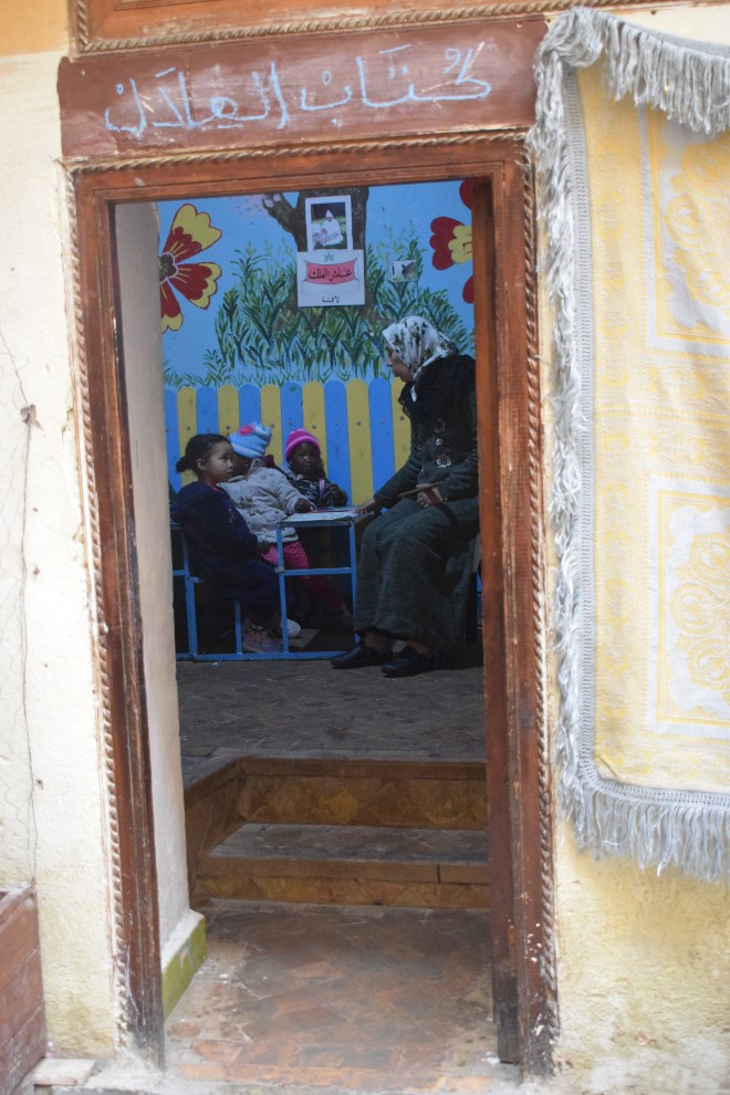 Marrocos Fez espiando portas medina escola