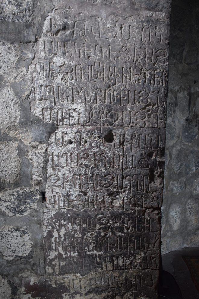 Armenia lago sevan monasterio medieval Hayravank parede escrito em armenio