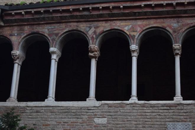 Bologna Sette chiese santo stefano patio detalhe pilastras