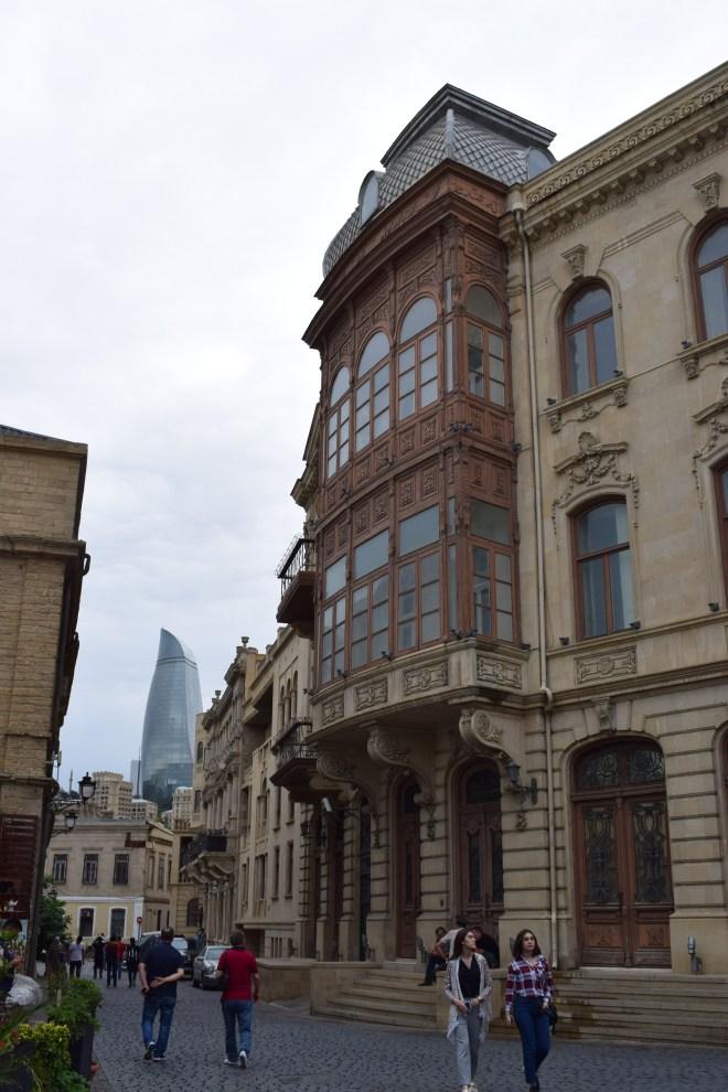 Baku centro historico varandas torre chamas