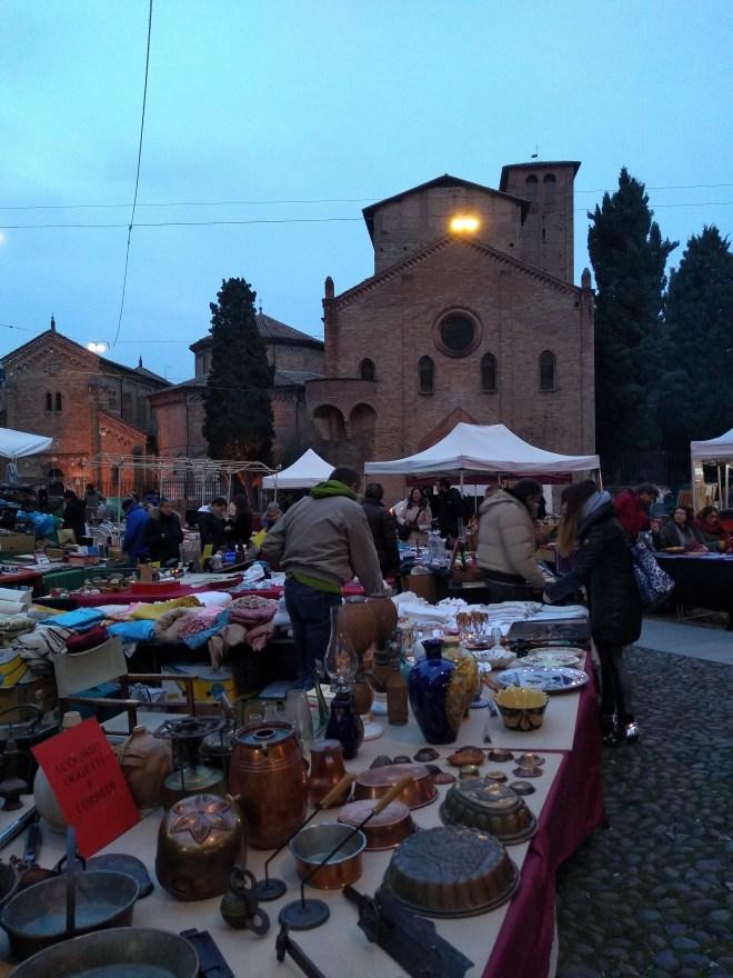 Praça Santo Stefano as sete igrejas feirinha antiguidades