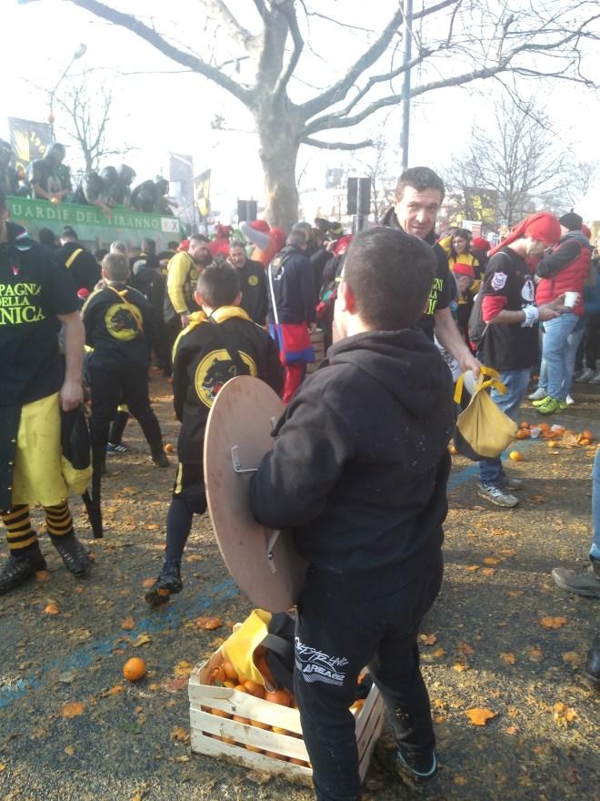 Ivrea carnaval batalha laranjas luta