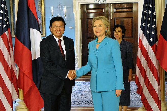 希拉蕊於2010年會見寮國外長。(Photo Credit: Wikipedia@ CC BY 2.0)