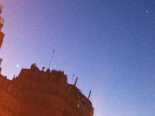 Desde el cielo una hermosa mañana. | Así lucio el firmamento atravesado por un edificio con cinco antenas. || Gare de Montparnasse Entrada Sur, mirando al Oriente, Avenida de Maine. París. |||