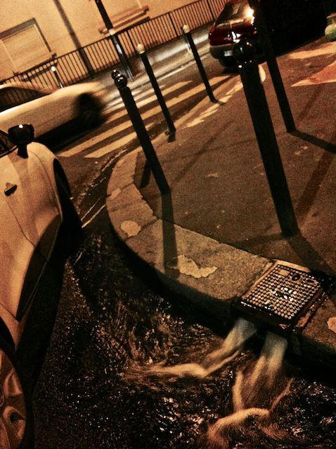 El desagüe de Emmi. La captura del alcantarillado parisino forma parte de la colección: LA VELO EN LA VILLE. Foto por armando segovia / segoviaspixes (2016)