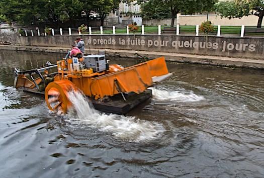 La fuga por unos días. | Captura de la obras de limpieza en un canal que cruza por Fontenay-Le-Comte, Pays de La Loire; en el Antiguo Oeste… de Francia. Julio 2011.