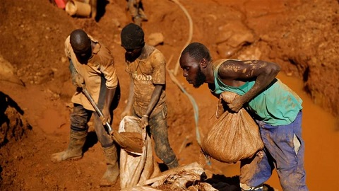 Some Zimbabweans have taken to 'illegal mining' in the many precious metal-rich deposits