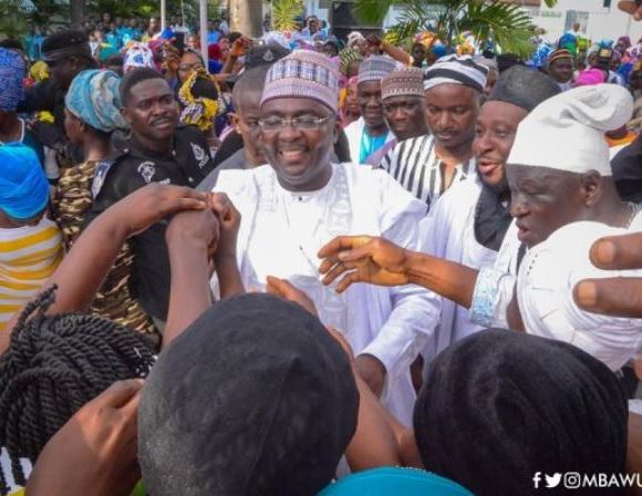 Bawumia helps kayaye