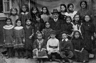 Maestro de escuela con sus estudiantes (hacia 1930)