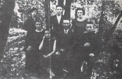 """Ari y Giffa Czerniak junto a parte de la familia en 1931 - Ari y Giffa son los padres de Abraham Czernik protagonista principal de """"Asesinatos discretos"""", son mis bisabuelos. La mayor parte de las personas que aparecen en esta foto fueron asesinados por los nazis"""
