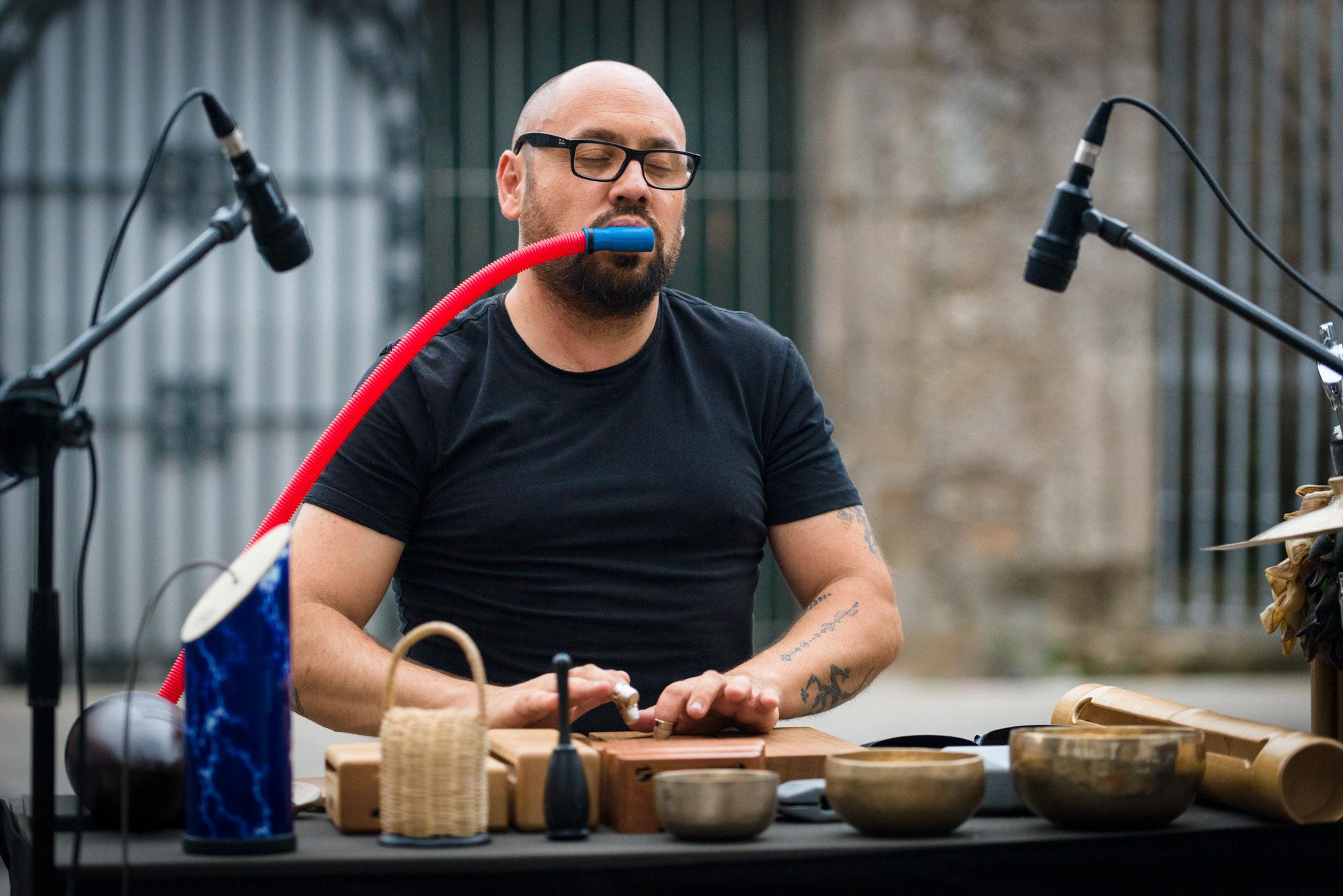 Foto de Roberto Oliveira actuando en Santiago de Compostela