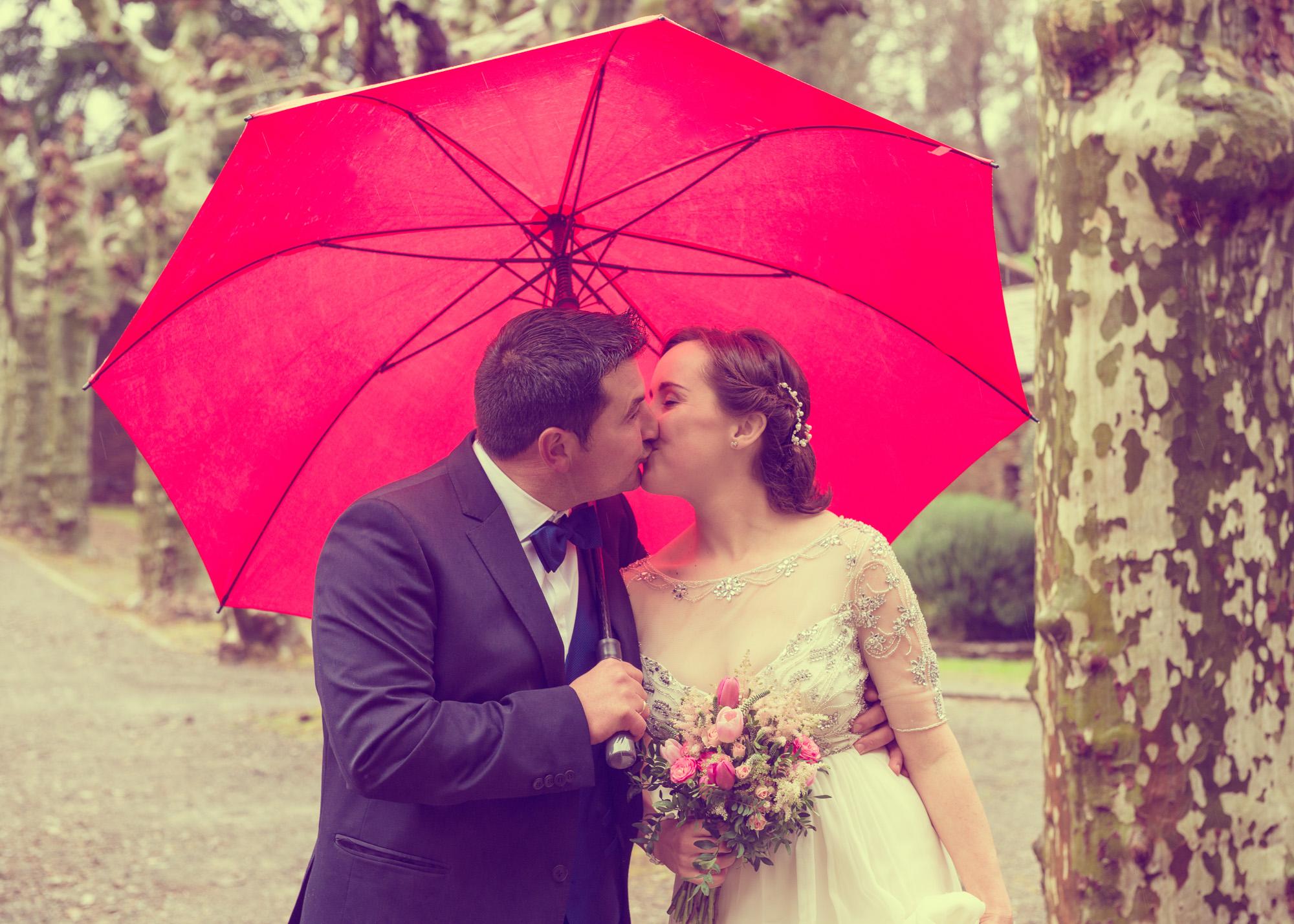 Reportaxe de voda-Retrato dos noivos con paraugas durante a sesión de fotos no Pazo de Andeade-Touro