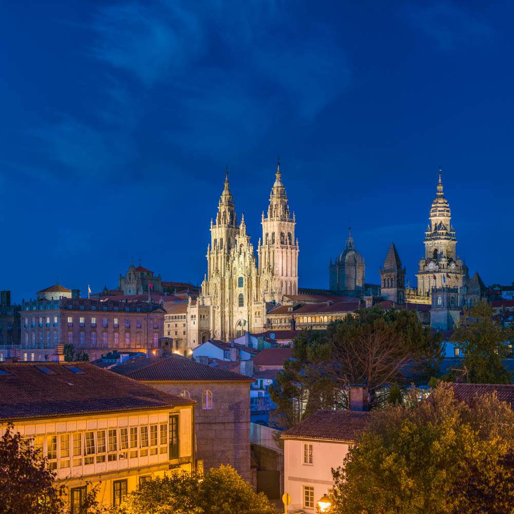 Vista nocturna da Catedral de Santiago de Compostela desde a Alameda
