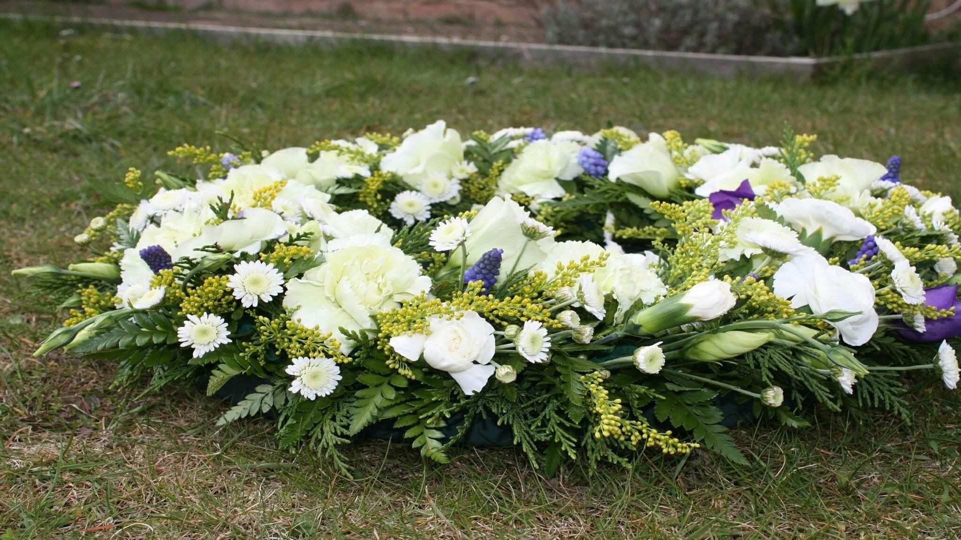 en-casi-todos-las-culturas-se-honra-a-los-muertos-con-ofrendas-de-flores-1920