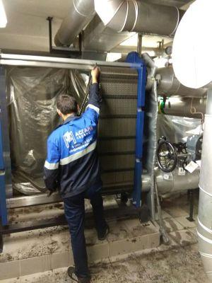 Специалисты АСГАРД-Сервис проводят очистку разборного теплообменника